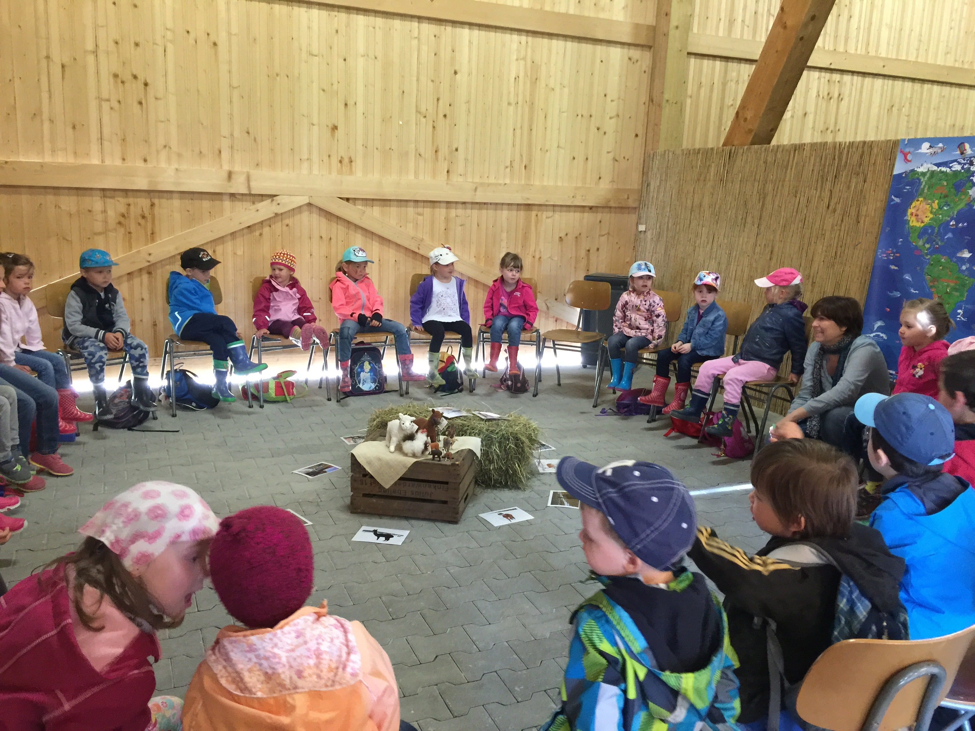 Stuhlkreis mit dem Haus der Kinder Wallersdorf